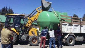 Tres cisternas de 10 mil litros cada una fueron entregadas por el Ministerio de la Producción en la cordillera.