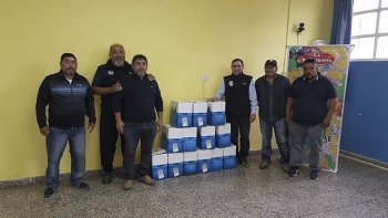 La entrega de productos para los chicos que participan de la colonia de Patio Abierto en el barrio Pietrobelli.