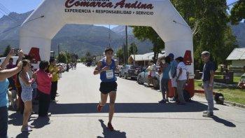 Eulalio Muñoz cruza la meta de los 10 K que se llevaron a cabo el último fin de semana en El Hoyo.