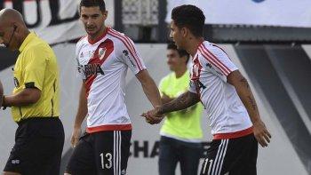 Lucas Alario, autor del gol de River, se saluda con Sebastián Driussi.