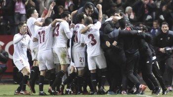 Los jugadores del Sevilla celebran el segundo gol ante el Real Madrid.