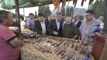 El vicegobernador Arcioni encabezó la celebración en El Hoyo, donde hubo paseos artesanales, color y música.