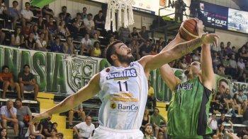 El pivote dominicano Eloy Vargas se eleva para convertir de dos puntos ante la marca de Fabián Ramírez Barrios.