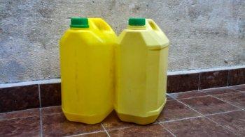prohiben el uso de una lavandina, crema y aceite