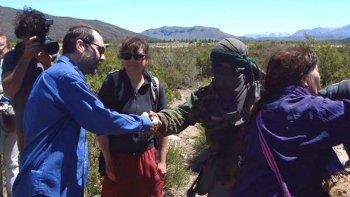 no nos gusto ver a un ministro del stj dandole la mano a un encapuchado