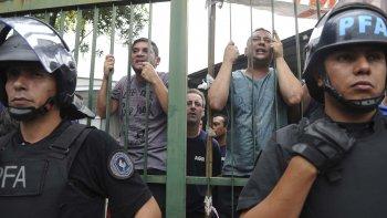Momentos de tensión se vivieron ayer en la empresa AGR, de Grupo Clarín, luego de que los trabajadores fueran anoticiados del cierre de la planta de Pompeya.