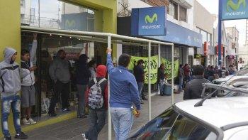 Trabajadores de Telsur y Cobra ayer volvieron a manifestarse frente a Movistar y Telefónica.