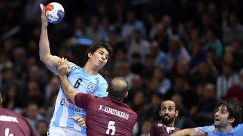 Diego Simonet intenta un ataque en la derrota de Argentina ayer ante Qatar, la tercera sucesiva en el Mundial de Francia.