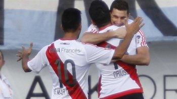 Lucas Alario festeja con Sebastián Driussi y con Pity Martínez el gol de la victoria sobre Millonarios de Colombia, en la presentación de River en el torneo.