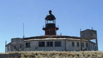 Isla leones se ubica en el norte del Golfo San Jorge y este año, el faro cumple 100 años.
