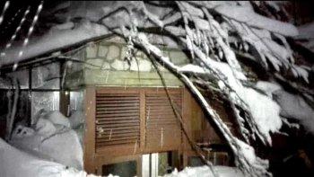 al menos un muerto y 30 desaparecidos por una avalancha en un hotel