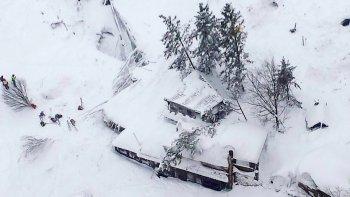 un hotel quedo enterrado bajo nieve: hay un muerto y desaparecidos