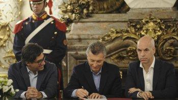 Mauricio Macri en la firma del traspaso, acompañado por Horacio Rodríguez Larreta y Germán Garavano.