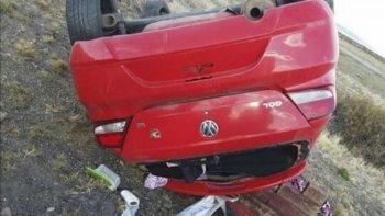 El Volkswagen Gol volcó y quedó invertido a unos 20 metros de la calzada.
