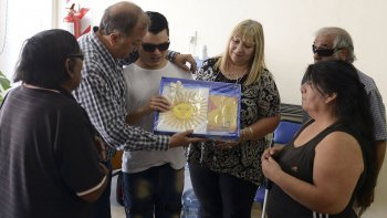 el intendente linares dono una  bandera al centro luis braille y  comprometio arreglar el utilitario