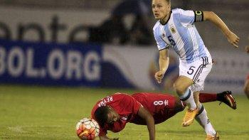 Santiago Ascacibar intenta un ataque de la selección argentina Sub 20 en el empate frente a Perú.