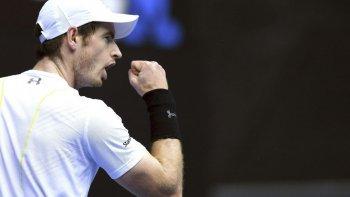 Andy Murray festeja su triunfo ayer que le permitió clasificarse para jugar los octavos de finl del Abierto de Australia.