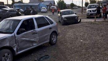 Los asaltantes tuvieron que abonar el auto en el que huían luego de que fueran chocados por el camión y también embistieran a otro auto estacionado, propiedad de un policía retirado.
