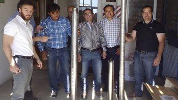 El nuevo gerente del Distrito Caleta Olivia, Juan José Naves –derecha- viajó el jueves a Río Gallegos para retirar las ocho bombas de profundidad.