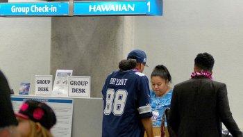 La compañía Hawaiian Airlines pesa a los pasajeros antes de asignarles un asiento en sus aviones.