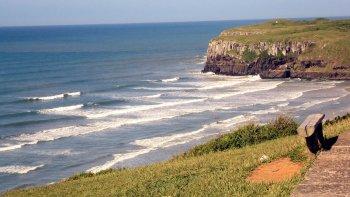 El maravilloso paisaje de la playa de Torres mezcla acantilados, grutas y dunas.