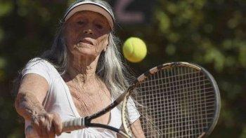 Ana Obarrio de Pereyra Iraola, en plena acción dentro de una cancha de tenis.
