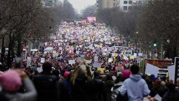 Las protestas continuaron ayer en Estados Unidos. En Washington feministas encabezaron una multitudinaria marcha contra Donald Trump.