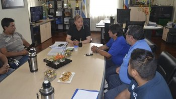 El intendente Carlos Linares recibió ayer en su despacho a un grupo de trabajadores de la textil Guilford.