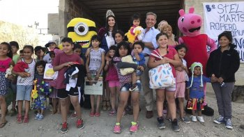 Integrantes de la fundación y el vicegobernador recorrieron diversos barrios para entregar los juguetes.