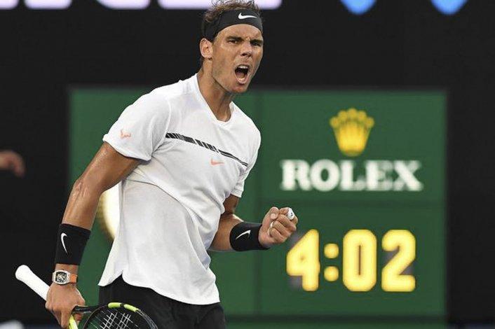 El español Rafael Nadal festeja su triunfo sobre el joven alemán Alexander Zverev ayer en el Abierto de Australia.