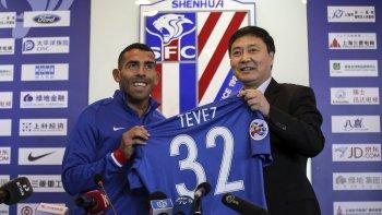 Carlos Tevez durante su presentación ayer con la camiseta del Shanghai Shenhua del fútbol chino.