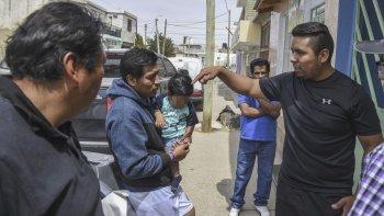 Uno de los hermanos de la víctima recibe las condolencias y la solidaridad de otros integrantes de la comunidad boliviana del barrio Moure.