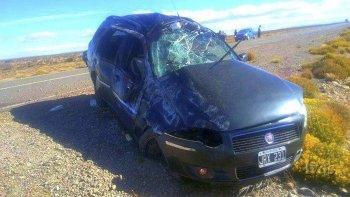 Tras volcar, el auto quedó en posición normal fuera de la cinta asfáltica y seriamente dañado. Dos de sus ocupantes perdieron la vida.