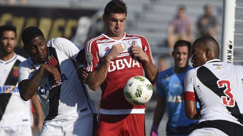 El goleador Lucas Alario en una acción de juego del partido que River perdió 1-0 ante el Vasco da Gama.