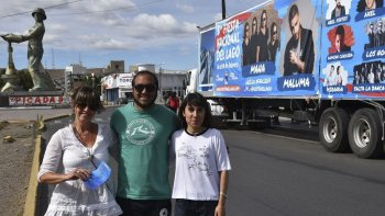 Dos de los encargados de la promoción de la Fiesta Nacional del Lago Argentino, Verónica Panigutti y Juan Manuel Villalba, fueron recibidos por la supervisora de Turismo del municipio caletense, Alejandra Márquez.