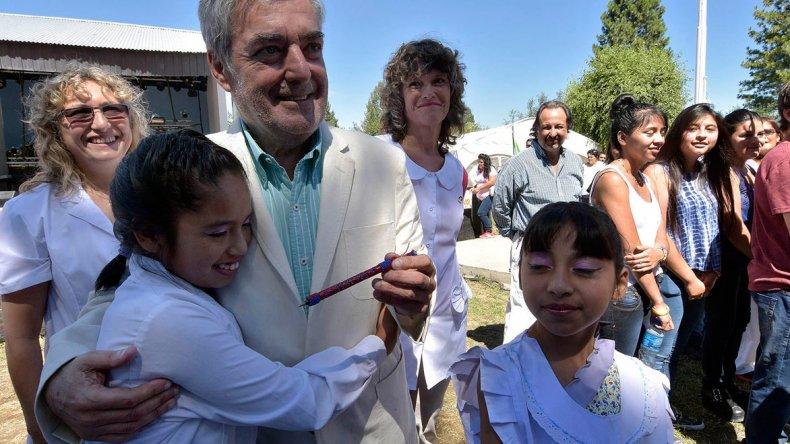El gobernador recibe un obsequio durante los actos de ayer en Gualjaina.