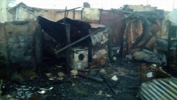 Las llamas consumieron dos viviendas en el barrio de 21 de Junio de Sarmiento, donde dos pequeños de 8 y 10 años fallecieron.