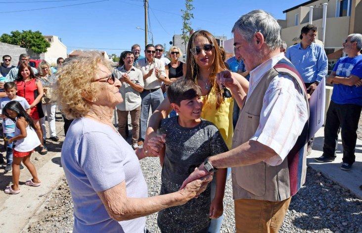 El gobernador durante el acto de entrega de viviendas de ayer en Rawson.