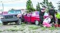 Un equipo de emergencia atiende a uno de los heridos.