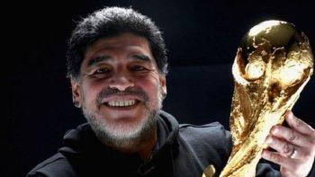 maradona se reencontro con la copa del mundo