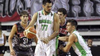 Diego Romero con el balón recibe una cortina de Leonel Schattmann, mientras atrás se oservan a Iván Basualdo y Erick Flor en una acción de juego del partido jugado la noche del domingo en Mar del Plata.