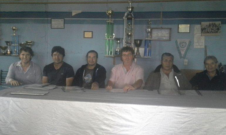 Dirigentes de Veteranos del Club San Martín en compañía de Juan Mansilla en la presentación del torneo Mi Ciudad.