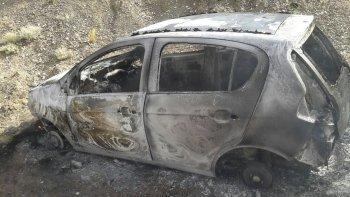 El Fiat Palio fue hallado abandonado y quemado en una zona de playas, ubicada a unos 13 kilómetros al sur de Caleta Olivia.