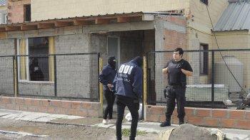 Una de las casas allanadas el domingo, ubicada en el barrio Los Pinos, pertenece al segundo individuo implicado en el asalto al camión de una distribuidora que se produjo en Las Heras.