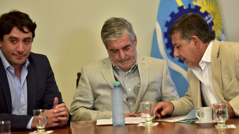 Das Neves firmó ayer el contrato para ejecutar la ampliación y obras complementarias en la Escuela Nº 791 de barrio Badén de Esquel y anunció la construcción del jardín Nº 469.