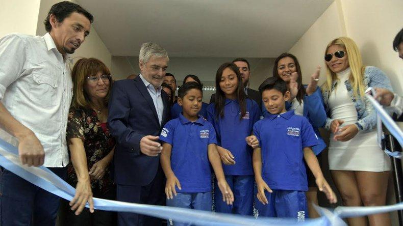 El gobernador Mario Das Neves durante el corte de cintas en la inauguración de las nuevas obras de ampliación del Albergue Deportivo de Rawson.