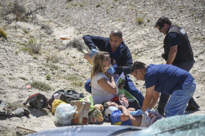 Un Fiat Uno Novo quedó destrozado y sus ocupantes lesionados al volcar ayer por la tarde en el kilómetro 1799 de la Ruta 3 al norte de Comodoro.