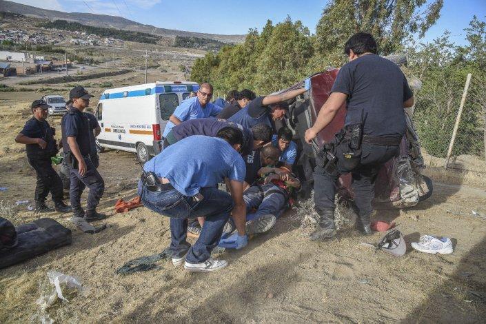 Los tres acompañantes salieron despedidos del vehículo y su conductor quedó atrapado en el habitáculo.