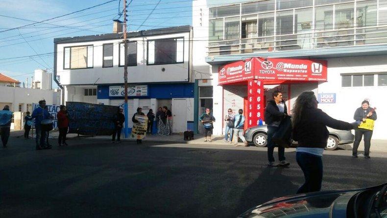 La semana pasada los trabajadores se manifestaron afuera de las oficinas del Servicio de Protección en calle Alem.