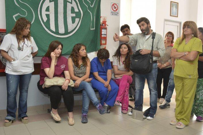 Los referentes de ATE y APROSA llevaron adelante ayer una retención de servicios en el Hospital Zonal de Caleta Olivia